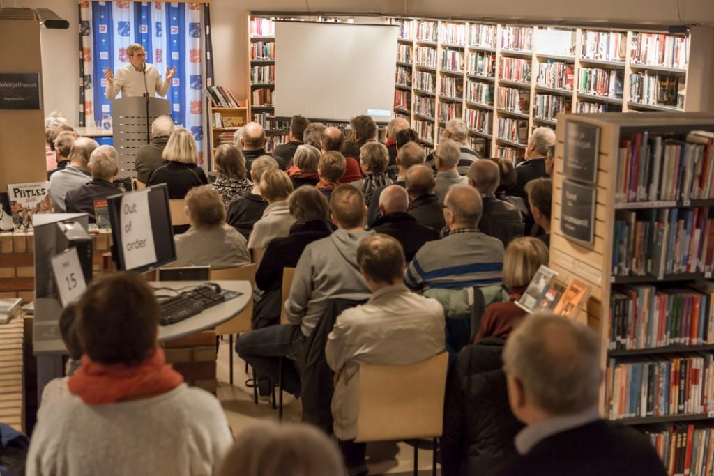 """Arkivdagen i Finnmark fylkesbibliotek 9.11.2013. Professor Einar Niemi forteller om """"Amerika-feberen"""". Foredraget var en del av arrangementet Stemmer fra Amerika. Foto: Hannele Fors."""