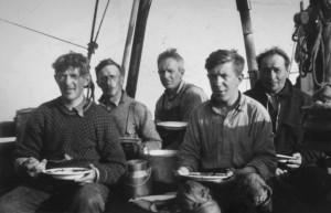 """Mannskapet på Vardø Produksjonslagets fiskeskøyte """"Elin"""". Arkiv: Finnmark fylkesbibliotek"""