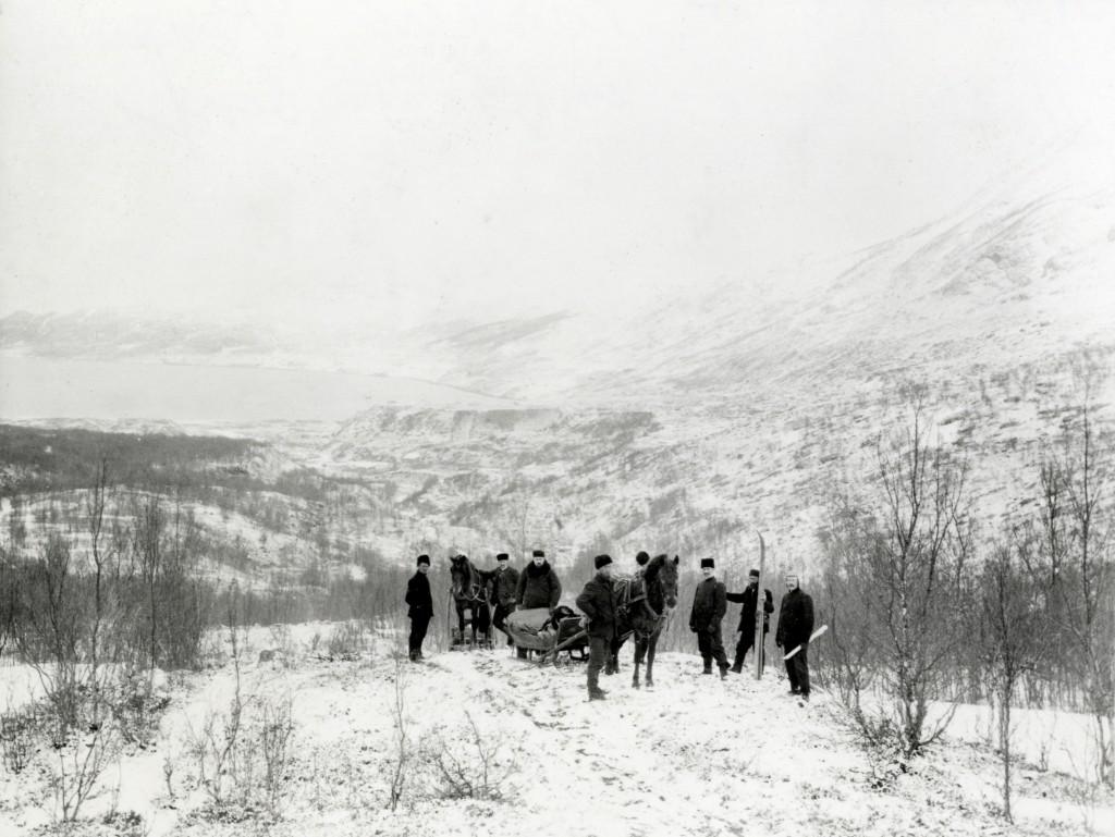Nr. 2 fra venste kusken, Raipas/ Nr. 3 fra venstre ingeniør Thiberg. Fotograf: ukjent Statsarkivet i Tromsø.