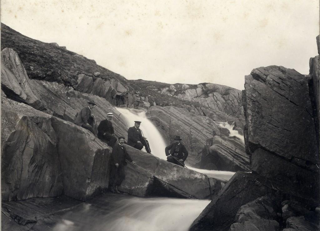 Ved dammen for vaskeriet. Nr. 1 fra høyre antagelig Quale. Fotograf: J. H. Wennberg, Tromsø. Statsarkivet i Tromsø.