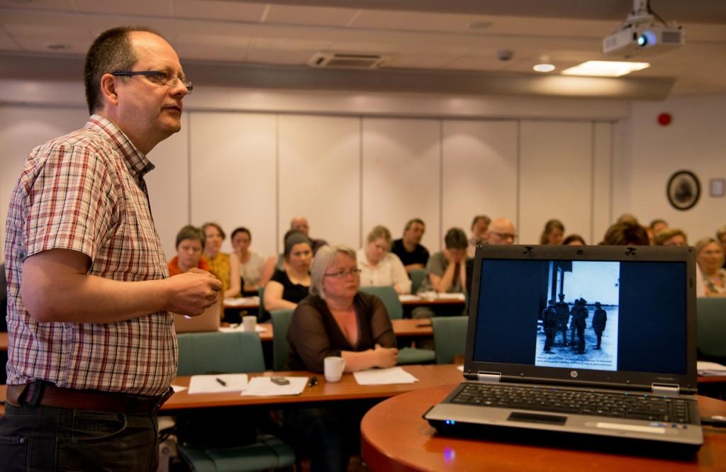 Bildet er fra i fjorårets samling  i Tromsø hvor blant annet Rune Rautio holdt foredrag om sitt krigshistoriske arkiv. Foto: Hannele Fors