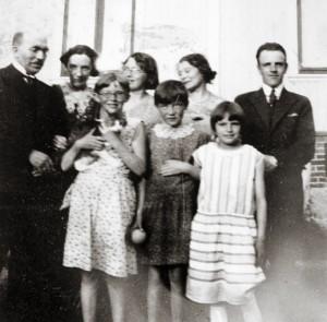 Bak fra v.: Johan Beronka, Inga Esbensen, «Nusse» (13), «søster Marie», Wold Chauffen. Foran fra v.: Vivi (12), Eva (11), ukjent jente. Bildet er fra Finnmark fylkesbiblioteks fotoarkiv.