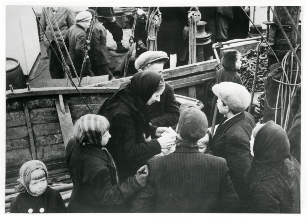 Evakuerte i Tromsø på kaia. Foto: Tromsø Museum – UIT Norges arktiske universitet