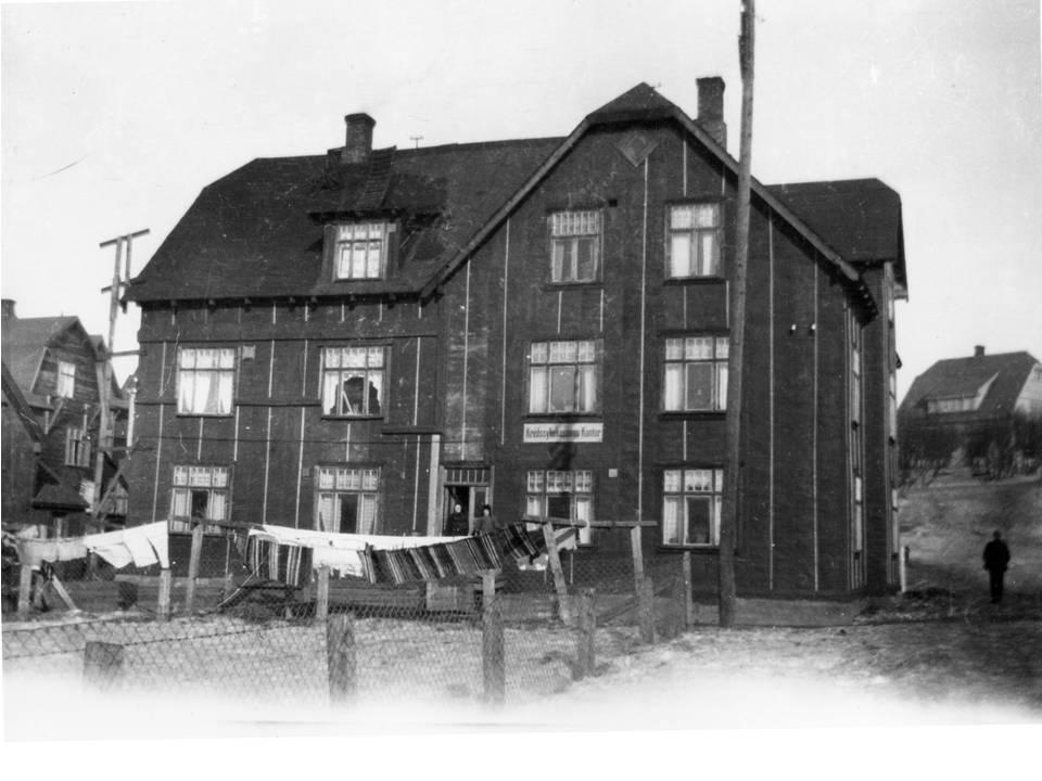 Filleryer til tør utenfor Kretssykekassens kontor i Kirkenes antakelig på 1920-tallet. Foto: Varanger Museum, avd. Sør-Varanger-