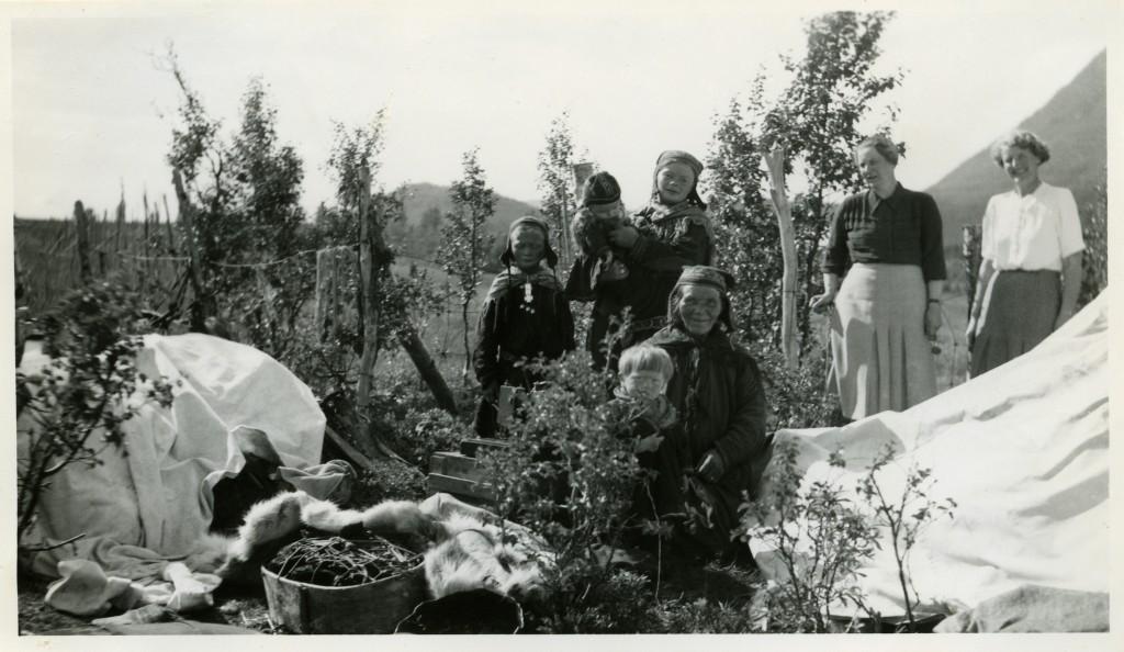 Sanitetskvinner besøker familien Berit Turi Oskal i deres sommerleir i Aidijavre, Kautokeino. Foto er fra arkivet til Finnmark sanitetsforening.