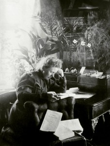 Ellisif Wessel i sitt skrivekammer. Foto: Finnmark fylkesbibliotek